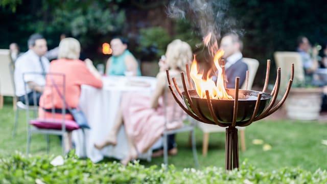 Grillfest mit Feuerkugel im Vordergrund