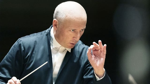Paavo Jaervi dirigiert.