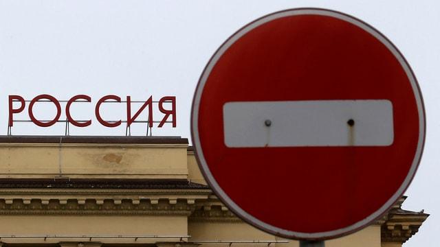 Stoppschild neben Rossija-Schriftzug