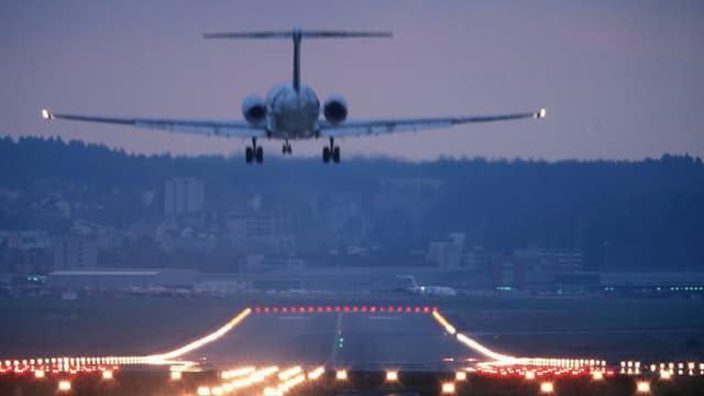 Ein Flugzeug landet auf dem Flughafen Zürich