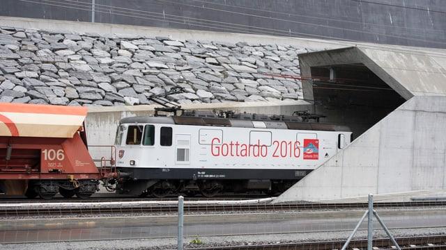 Mit Kies beladen fährt der erste Güterzug bei Erstfeld in den Gotthardbasistunnel.