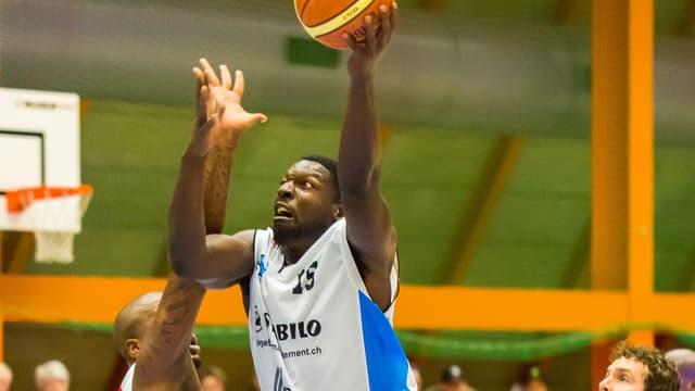 James St. Roberts greift nach Ball