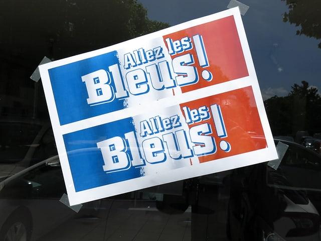 Ein Schild mit der Aufschrift Allez les Bleus