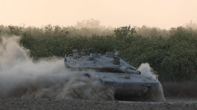 Israelischer Panzer fährt an der Grenze auf