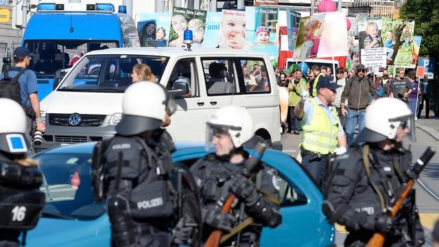 Polizisten vor einem Demonstrationszug
