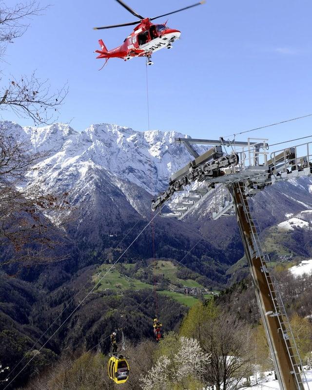 Ein Helikopter der Rega bei einer Seilwinden-Übung.