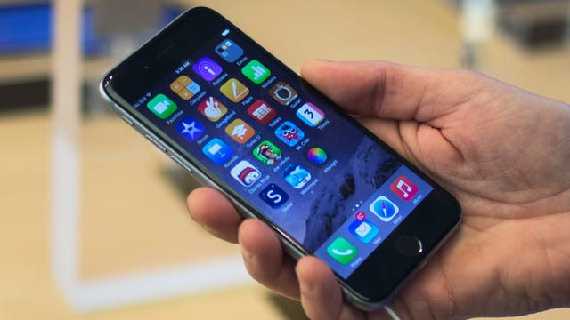 Eine Hand hält ein iPhone