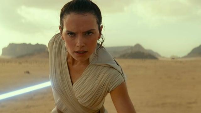 Frontansicht von Rey mit Laser-Schwert.