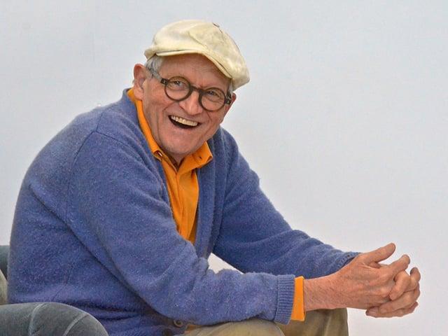 David Hockney – mit Brille, Mütze und einem Lachen im Gesicht.