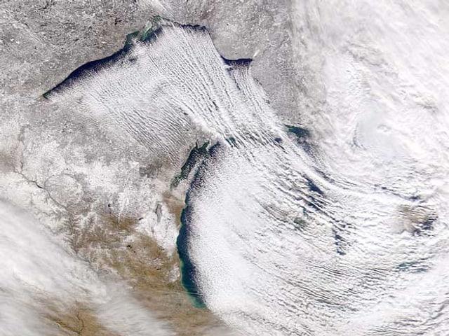 Über den Seen türmen sich hochragende Schneewolken.