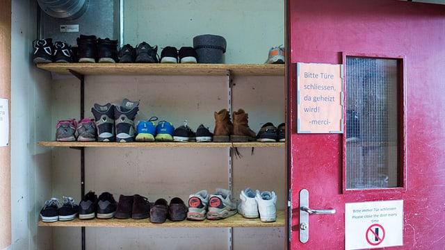 Schuhregal in Zivilschutzanlage