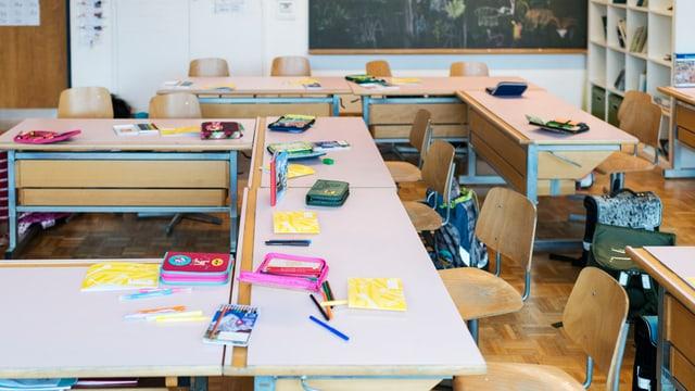 stanza da scola vita, pults, etuis e rispials giaschan sin las maisas