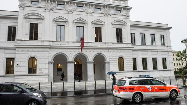 Das Gebäude des Bundesstrafgerichts in Bellinzona, davor ein Polizeiauto.