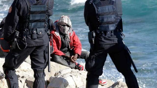 Ein Gestrandeter in Italien, Polizisten empfangen ihn.