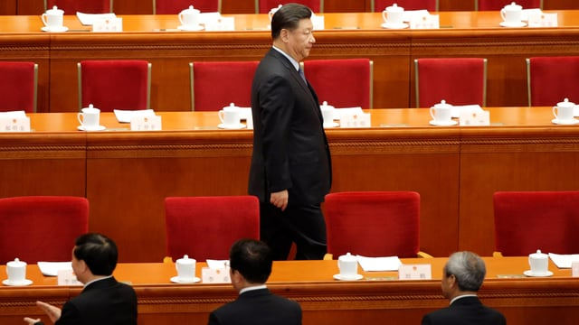 Xi zwischen den roten Sitzreihen des Volkskongresses.
