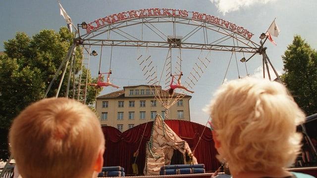 Freilicht-Zirkus mit Kindern im Trapez