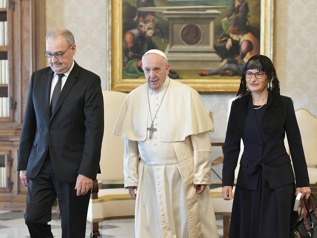 Guy Parmelin, Papst Franziskus und Parmelins Ehefrau.