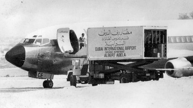 Die 1977 entführte Lufthansa Boing 737 «Landshut» empfängt in Dubai Verpflegung und Getränke.