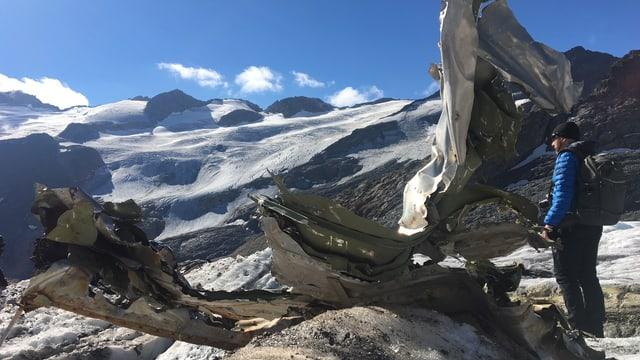 Metallteile ragen aus einem Gletscher.