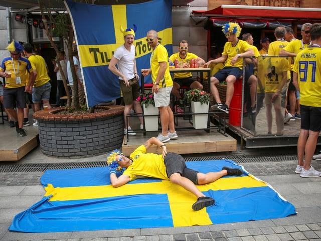 Schweden wirft sich vor dem Duell mit Deutschland schon mal in Siegespose.