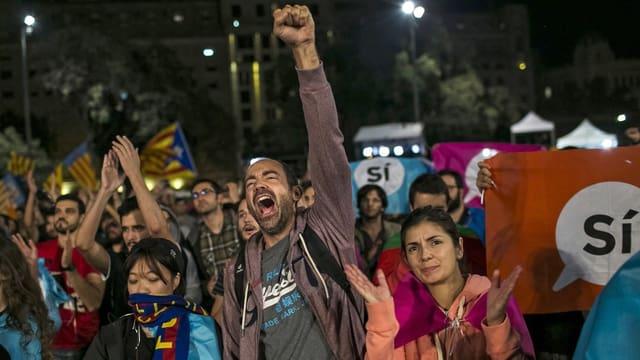 Katalonen feiern ihren Abstimmungssieg auf der Strasse.