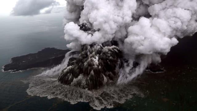 Der Vulkan Anak Krakatau bei der Eruption.