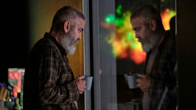 George Clooney spiegelt sich in einer Scheibe im Spielfilm «The Midnight Sky».