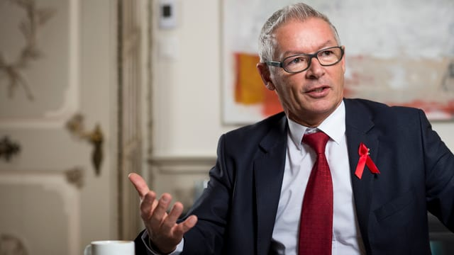 Regierungsrat Martin Klöti trägt als neuer Präsident der Aids-Hilfe Schweiz eine rote Aids-Schleife