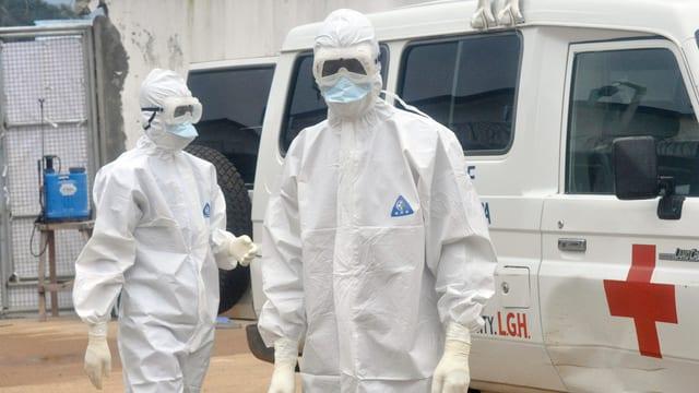 Zwei medizinische Kräfte in Liberia in Schutzanzügen