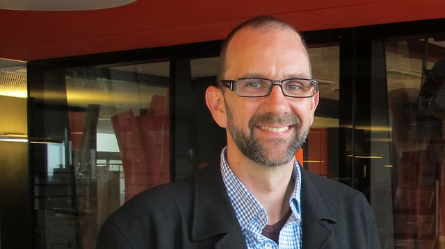 Martin Bachmann, Mitarbeiter des Mannebüro Züri seit 13 Jahren, im Radiostudio Zürich