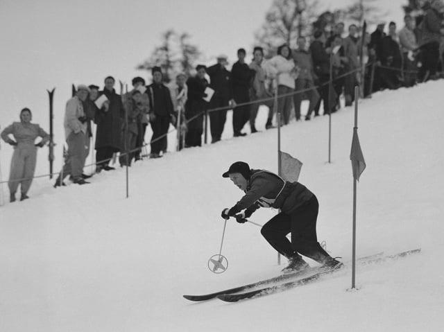 Historisches Bild einer Skirennfahrerin.