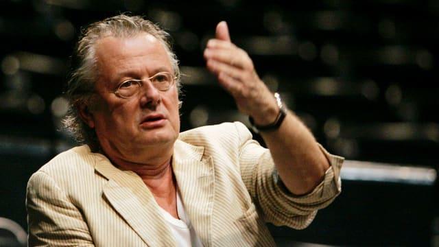 Mit erhobenem Arm: Theaterregisseur Frank Castorf zeigt, wo's lang geht.