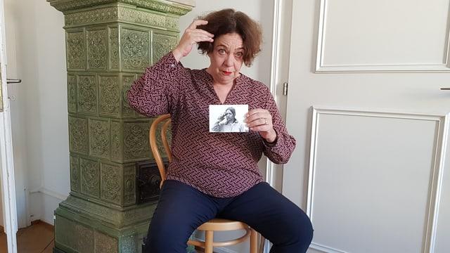Suzanne Stoll mit Foto auf einem Stuhl