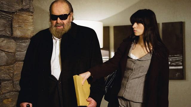 Mann mit Sonnenbrille läuft neben Frau