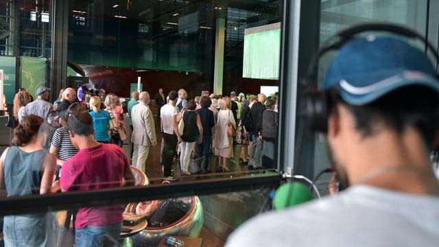 Ein Radiomoderator während einer Sendung im Foyer des KKL Luzern.