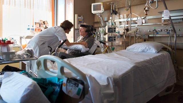 Patient in Spitalzimmer wird betreut.