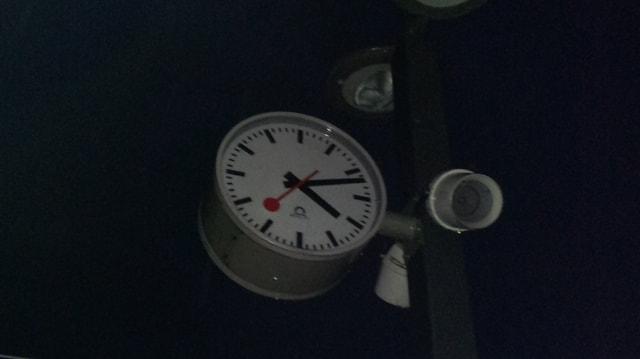 Um 16.12 Uhr blieb auch die Bahnhofsuhr von Leimbach stehen - die ganze Nacht hindurch.