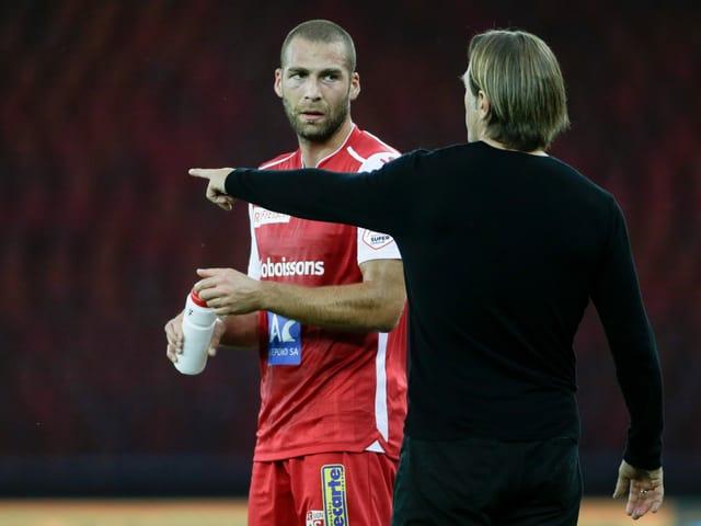 Pajtim Kasami im Gespräch mit Trainer Paolo Tramezzani.