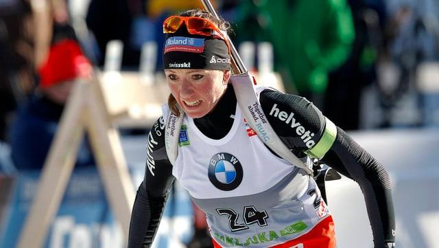 La biatleta Selina Gasparin durant ina cursa da biatlon.