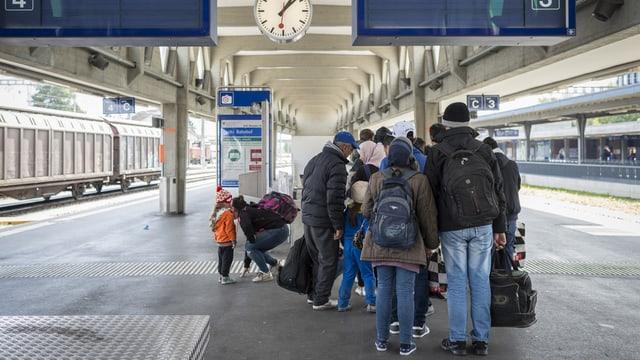 Fugitivs arrivan a la staziun da Buchs (SG).