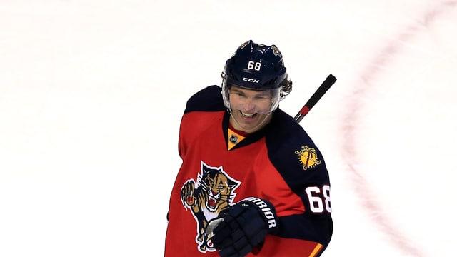 Jaromir Jagr lacht auf dem Eis.