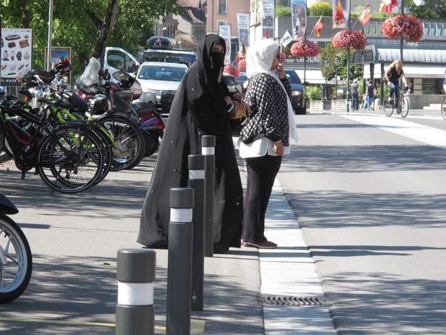Zwei verschleierte Touristinnen überqueren eine Strasse in Interlaken.