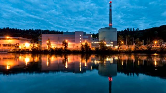Das Kernkraftwerk Mühleberg spiegelt sich im Gewässer