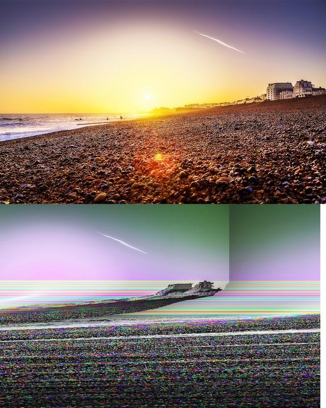 Zweimal dasselbe kitschige Bild eines Sonnenuntergangs am Strand, oben ohne und unten mit Bildfehler.