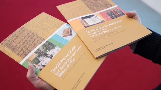 Die beiden neuen Lehrmittel für die Obwaldner Schulkinder.