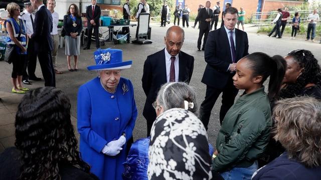 La Queen Elisabeth II è en visita tar las unfrendas da la catastrofa da fieu a Londra.