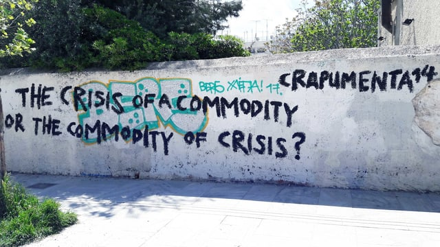 Eine Wand, auf der steht: «The crisis of a commodity or the commodity of crisis?».