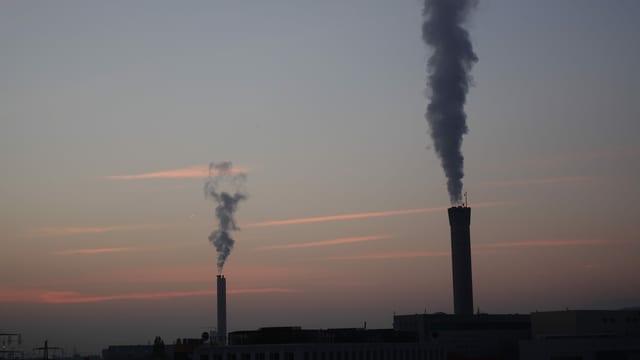 Die Hochkamine im Norden der Stadt Zürich stossen den Dampf senkrecht aus.