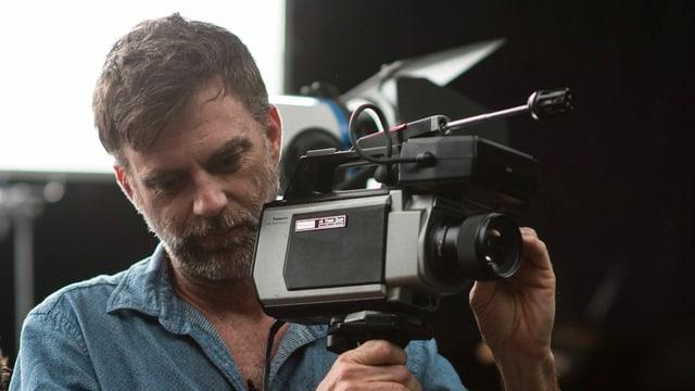Paul Thomas Anderson bedient eine Kamera.