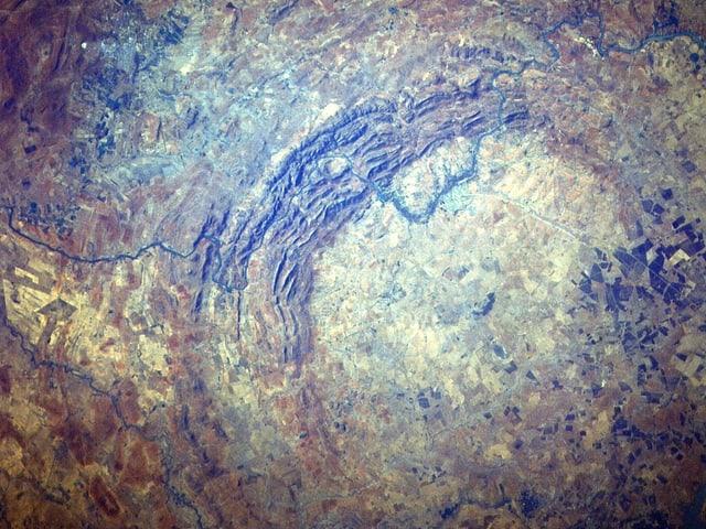 Das Satellitenfoto zeigt die aus dem Orbit sichtbaren Reste des Vredefort-Kraters in Südafrika.